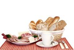 Frühstück, frisches gebackenes Brot, Käse und Fleisch Stockbild