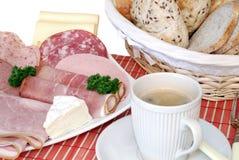Frühstück, frisches gebackenes Brot, Käse und Fleisch Lizenzfreies Stockfoto