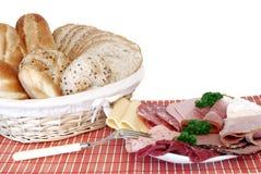Frühstück, frisches gebackenes Brot, Käse und Fleisch Lizenzfreie Stockfotos