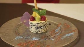 Frühstück, gebackener Pudding mit Käse, Kiwi, Himbeere stock video