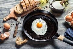 Frühstück gemacht von den Eiern und vom Brot Stockfoto