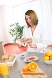Frühstück - glückliche Frau mit Toast und Marmelade Stockfoto
