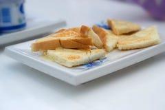 Frühstück. Glas mit Milch und Toast stockfoto