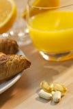 Frühstück-Hörnchen-Orangensaft u. Tabletten Lizenzfreie Stockfotografie
