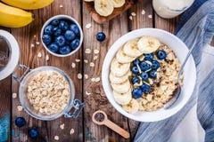Frühstück: Hafermehl mit Bananen, Blaubeeren, chia Samen und Mandeln Stockbilder