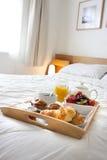 Frühstück im Bett Lizenzfreie Stockbilder