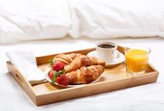Frühstück im Bett lizenzfreie stockfotografie