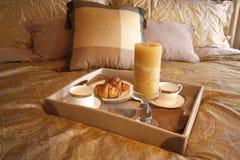 Frühstück im Bett Stockbild