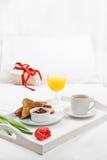 Frühstück im Bett Lizenzfreies Stockfoto