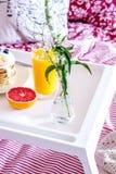Frühstück im Bett auf Behälter mit Saft Lizenzfreie Stockbilder