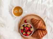 Frühstück im Bett, Draufsicht stockbilder