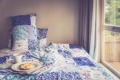Frühstück im Bett an einem regnerischen Tag Lizenzfreies Stockfoto