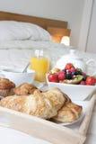 Frühstück im Bettabschluß oben Stockfotografie