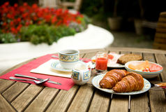 Frühstück im Garten Lizenzfreies Stockfoto