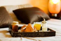 Frühstück im Schlafzimmer Lizenzfreie Stockbilder