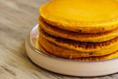 Frühstück - Kürbis-Pfannkuchen für Herbst, Fall und Halloween lizenzfreie stockfotografie