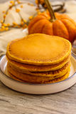 Frühstück - Kürbis-Pfannkuchen für Herbst, Fall und Halloween lizenzfreie stockfotos