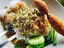 Frühstück Kanom Jeen von thailändischen Leuten lizenzfreies stockbild