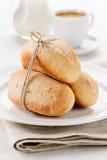 Frühstück - kleine Stangenbrote mit Kaffee und Milch Stockfotos