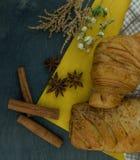 Frühstück kontinental mit vielen frischen Hörnchen mit Schokolade und Soße Draufsicht des köstlichen Backens Knusperiges Hörnchen lizenzfreie stockbilder