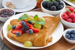 Frühstück - Krepps mit frischen Beeren und Honig Lizenzfreies Stockbild