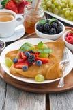 Frühstück - Krepps mit frischen Beeren und Honig, Kaffee Lizenzfreies Stockfoto