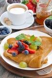 Frühstück - Krepps mit frischen Beeren und Honig, Kaffee Stockfoto