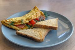 Frühstück kroch Eier mit Tomate und Kräutern, zwei geröstete Croutons stockfotografie