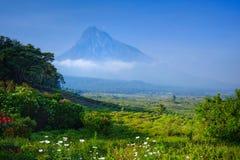 Frühstück am Luxuslager, das einen Vulkan im Virunga Na übersieht lizenzfreie stockbilder
