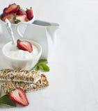 Frühstück mit überzogenen Müsliriegeln des Joghurts Lizenzfreie Stockfotos