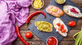 Frühstück mit Aperitifs auf Küche Stockbilder
