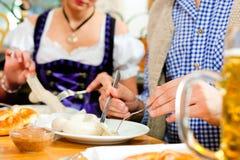 Frühstück mit bayerischer weißer Kalbfleischwurst Stockbild