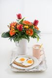 Frühstück mit Blumen Stockbild