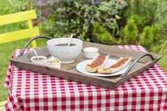 Frühstück mit Brot und heißem Kaffee Lizenzfreies Stockfoto