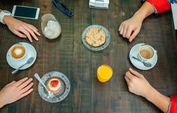 Frühstück mit den Paarhänden stockfotos