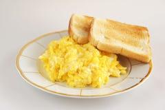 Frühstück mit durcheinandergemischten Eiern Lizenzfreie Stockfotografie