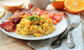 Frühstück mit durcheinandergemischten Eiern stockbilder