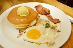 Frühstück mit Ei, Pfannkuchen und Speck stockfoto