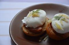 Frühstück mit Eiern Benedict auf einer Platte Lizenzfreies Stockfoto