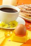 Frühstück mit Eiern und Kaffee Stockbilder