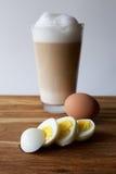 Frühstück mit Eiern und Latte Stockfotografie