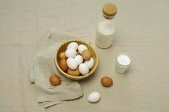 Frühstück mit Eiern und Milch stockfotos