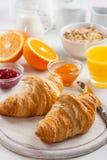 Frühstück mit französischen Hörnchen Stockfotos