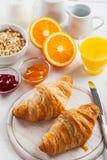 Frühstück mit französischen Hörnchen Lizenzfreie Stockbilder