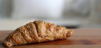 Frühstück mit frischem Hörnchen auf Holztisch Unscharfer Hintergrund Lizenzfreie Stockbilder