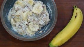 Frühstück mit gesundem muesli und Banane lizenzfreie stockbilder