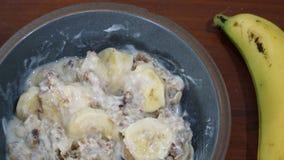 Frühstück mit gesundem muesli und Banane lizenzfreie stockfotos