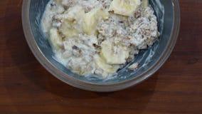Frühstück mit gesundem muesli und Banane stockfoto