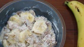 Frühstück mit gesundem muesli und Banane lizenzfreies stockbild