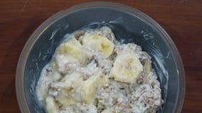 Frühstück mit gesundem muesli und Banane stockbilder